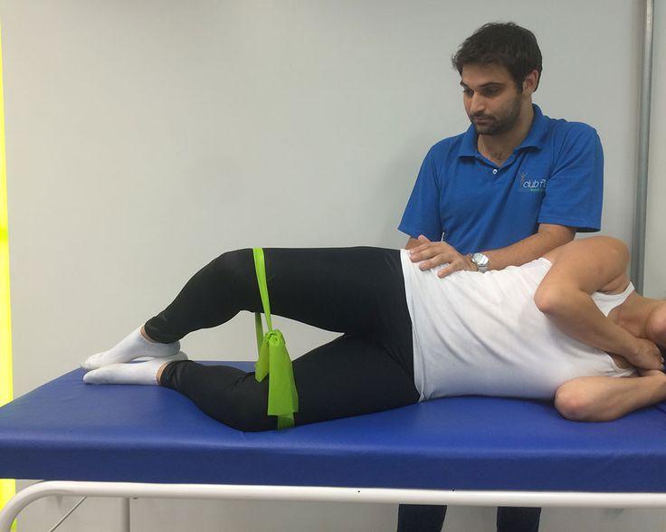 Abdução e rotação lateral do quadril em 30° de flexão com resistência elástica em torno dos joelhos.Abrir e fechar os joelhos.