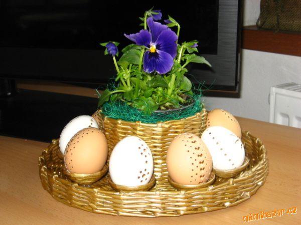 Pleteni z papiru taliřek pod vajička.