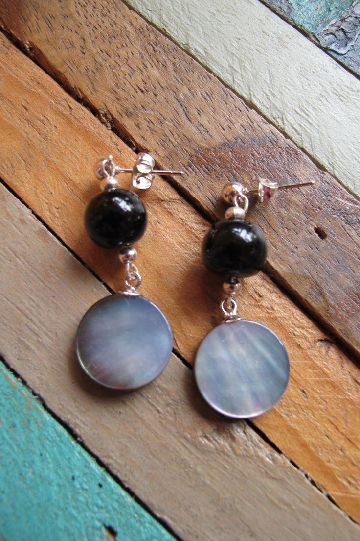 PRECIO: 7€. Nacar gris y piedra cristal negra. Enganche de plata.