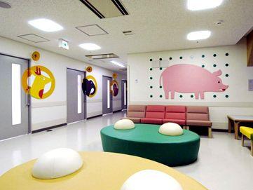 九州大学病院小児医療センター:子供たちに安心感を与えるわかりやすく楽しいサイン <2005年4月竣工>