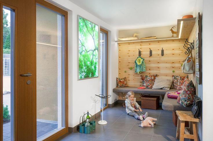 Garderobe DIY - im Landhausstil mit viel Holz und einer gemütlichen Sitzbank.