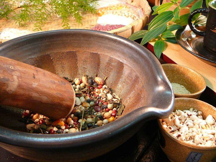 【食在好味】 客家 擂茶   中國的飲茶方式,似乎一開始就與擂茶【「擂」即「以木棍研磨」,也是將青茶與佐料一同放。】息息相關,並且世界上飲茶方式最為古老,也最為獨特的就要算中國的擂茶,擂茶文 化在台灣經濟起飛,生活改善,並且客家族群多居山區丘陵,種植茶葉的人口也不少,客家 擂茶文化不論在茶葉的推廣或休閒養生活動的帶動代表客家精神的擂茶文化就此又風行起 來。擂茶即是把茶葉碾成末,碾的棒子可用芭樂的枝,在將花生、芝麻等磨成末,最後煮成 擂茶。其實擂茶的原料和製作方法因時,因地因人而有所有不同,食擂茶可以讓家人促膝而 談或輪流研磨增加家庭樂趣及情感溝通這是一種獨特的食擂茶的文化效。   擂茶為客家人招待貴賓的一種茶點,擂有研磨的意思,以陶製的擂碗將茶葉、芝麻、花生等。茶味純,香氣濃厚,能生津止渴,清涼解熱,還有養生和長壽的功能也能當保健飲料。  分享來源:GOOGLE