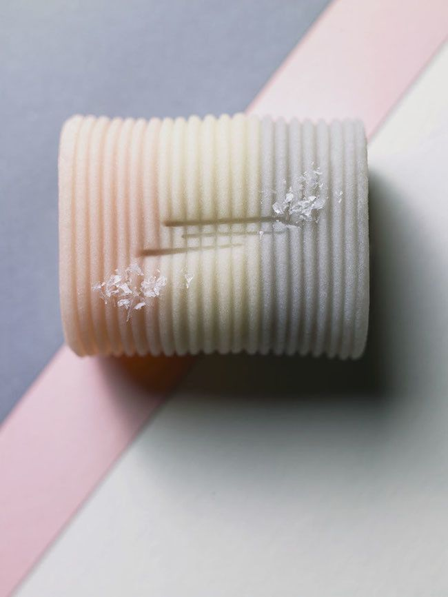 """「ここのわらび餅の瑞々しさにうっとりする」「品良く美しい」「季節を視覚で堪能できる和菓子」など数々の評判を得る和菓子屋""""一幸庵""""。こちらの和菓子職人である水上力氏の作る和菓子は、芸術品のような繊細なものばかり。そんな和菓子で日本の季節を72に細かく分けて表現した本がとても美しいのです。"""