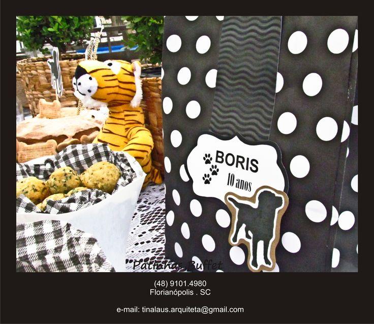 Sacolas de lembrancinhas para os convidados, recheadas com guloseimas pets e decoradas com o tema da festa. Patinhas Buffet para pets