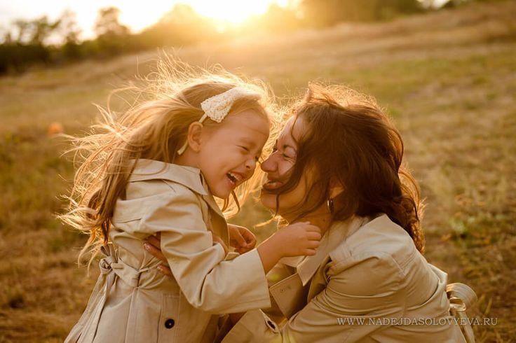 Одежду решили подобрали в стиле family look - это единый семейный образ в одежде. Семейные фотографии становятся интересными и очень модными. Фотосъёмку запланировали на природе в вечернее время. На фотографиях закатное солнце даёт приятный золотой оттенок - сразу становится тепло на душе!