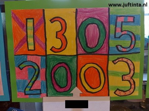 Leerlingen versieren hun geboortedatum door een A4'tje te in acht stukken te verdelen.