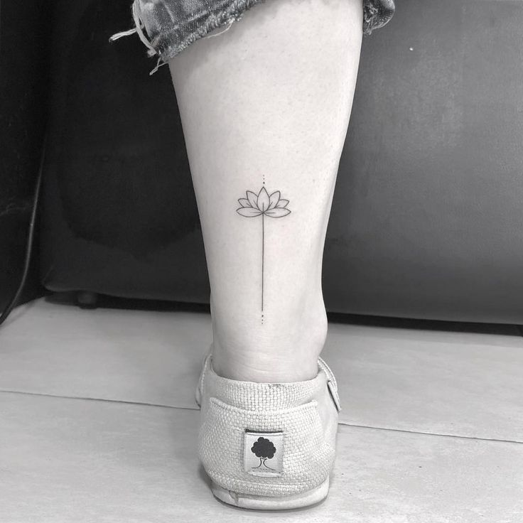@gui_tattoo Tatuagem delicada e feminina com traço super fino de flor de lótus. ESTÚDIO⚡SHOCK ... | Tatuagem, Tatuagem delicada, Tatuagem feminina