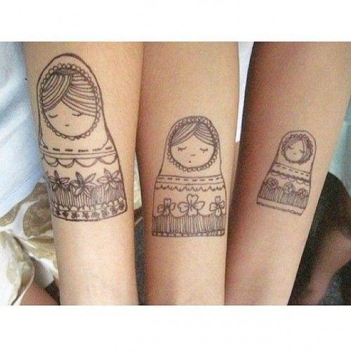 tatuaggio tra sorelle con matrioska