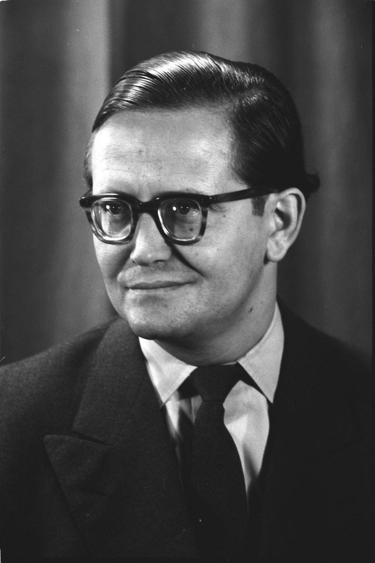 Porträtfoto von Karl-Eduard von Schnitzler, Journalist und Chefkommentator des Deutschen Fernsehfunks in der DDR, 1956.