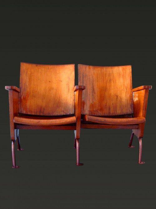 Coppia di poltroncine completamente in legno recuperato. Vecchie sedie da cinema originali anni '60 con struttura in metallo e seduta basculante. Pezzi vintage che evocano i piaceri del passato, l'amore per il cinema e il teatro, con uno stile fresco e vivace che strizza l'occhio al passato. Tutte le nostre sedie da cinema sono originali e autentiche: provengono da sale da cinema o da teatri, siti in Italia, hanno un minimo di 40 anni e spesso hanno anche 50 e 60 anni.