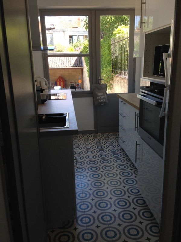 Une cuisine bordeaux carreaux de ciment bahya motif circus a kitchen in bor - Carreaux ciment bordeaux ...