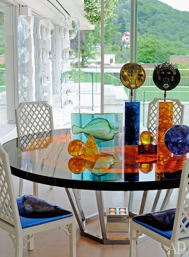 Стол по дизайну Мари-Клод деФукьер, на столе— коллекция цветного стекла 1970-х годов.