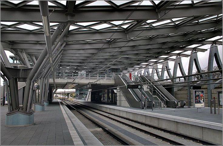 Messe/Ost (EXPO-Plaza). Neben dem Bahnhof Hannover Messe / Laatzen gibt es einen weiteren sehr großzügig dimensionierten Bahnhof auf der anderen Seite des Messegeländes. Auch dieser entstand zur EXPO 2000. Bedient wird der dreigleisige Bahnhof von der Linie 6 der Stadtbahn Hannover. Die Stadtbahnzüge wenden im Anschluß an die Haltestelle mittels einer Wendeschleife. 1.11.2006 (Matthias)