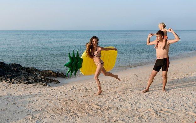 Семейная фотосессия на пляже. Тропики, Таиланд. Съемка с матрасом-ананасом