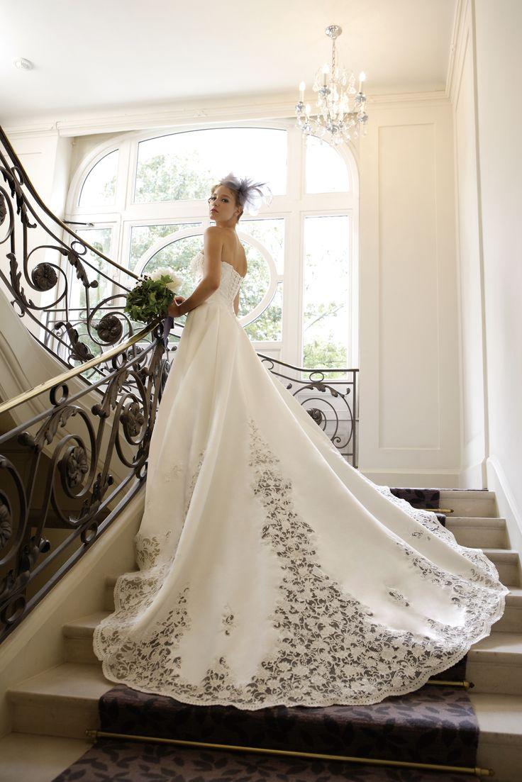 [Dress Lee(リー)] 大胆なカットレースのロングトレーンが美しい正統派ドレス。フロントはカシュクール風のハイウエストの切り替えでメリハリのある完璧なシルエットを実現。華やかにビーディングを施した胸元のコードレースが、ドレスの持つ気品にゴージャスさをプラスしています。