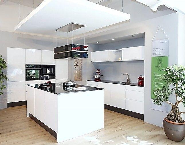 Schüller musterküche luxusküche mit eleganter an seilen hochfahrbarer deckenlifthaube großem kombidampfgarer einbau