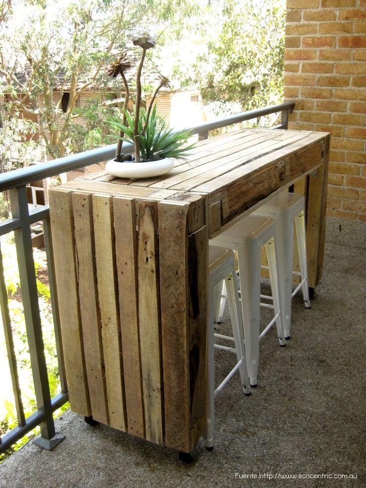 Si te gusta organizar reuniones en tu departamento, por qué no tener una barra en el balcón? En este caso, de maderas recicladas, porque a la dueña de casa le gusta la onda ecológica.