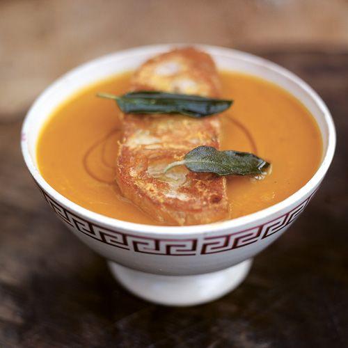 Niets is lekkerder dan een warme kom soep op een frisse dag. Deze vegetarische seizoenssoep zet je binnen no time op tafel en maak je extra lekker met de croutons, salie en ciabatta met parmezaan.    1. Zet een heel grote pan op matig vuur en...