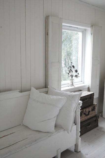 déco intérieure tout de bois blanchi... banc issu de la récup de bois de lit et de vieilles planches