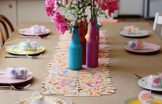 Palito de sorvete e garrafas pintadas para uma festa super colorida!!