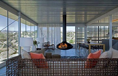 Потрясающий дизайн дома с оригинальным камином эллиптической формы в Калифорнии. Панорамное круговое остекление создает впечатление единения с окружающей природой. Минималистская обстановка, ультрасовременные отделочные материалы, оригинальные фактуры в облицовке поверхностей - уникальная обстановка для комфорта и уюта хозяев. #feronia #идеидекора #мебель #идеи #дизайнинтерьера #дизайндома