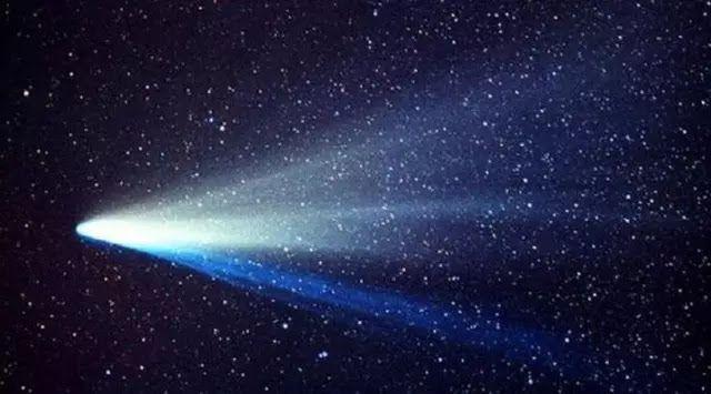 Ilustrasi Komet Melintas (Sumber : space.com)   SpaceNesia - Apakah Benar Kehidupan Di bumi Berasal Dari Luar Angkasa?, Tampaknya perbinc...