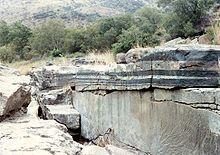 Cráter de Vredefort - Afloramiento de cromititas (color oscuro) y anortositas (color gris) en el complejo ígneo de Bushveld.
