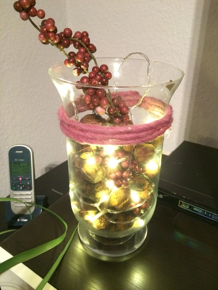 1 großes Glas, Walnüsse, Beerenzweige, LED Lichterkette (Batterie), Filzband -->  Et Voila…