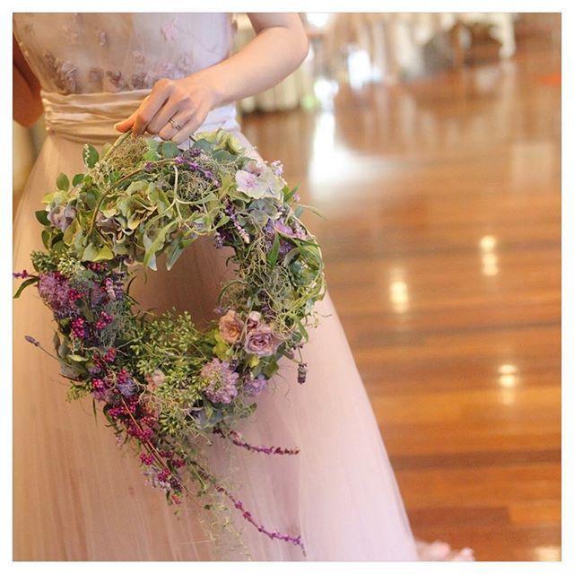 wedding report30 . . . . . カラードレスブーケ💐  お色直しは  リースブーケで♡  ドレスにはえる  グリーンをベースに  実物や  ラベンダーを流れるように。  @maisonsuzu  さんの  バラのドレスに合わせて  バラも入れて…♡ 本当に可愛くて  今もお部屋にドライでいきいきと  飾ってあります♡♡♡ #カラードレス#maisonsuzu#メゾンスズ#リースブーケ#ブーケ#プレ花嫁卒業#卒花#ナチュラルウェディング#結婚式#結婚式の思い出にひたる会 #バラのドレス