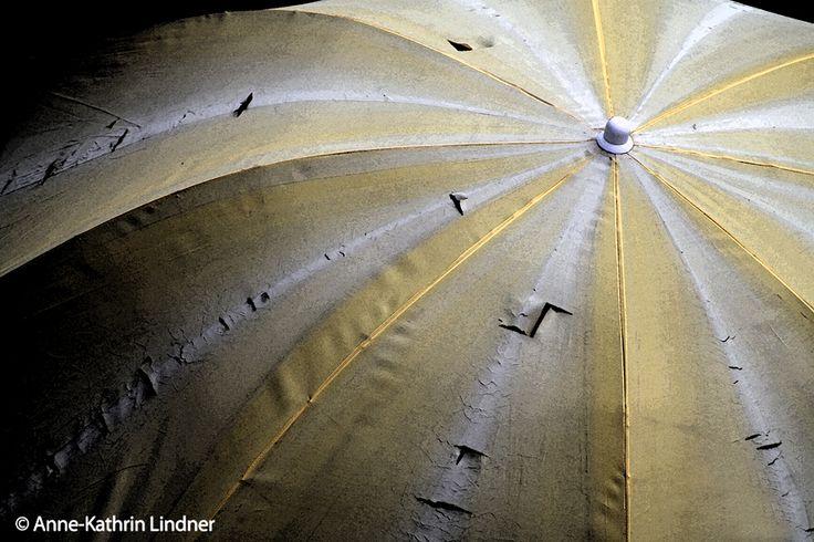 Sonnenschirm, Regenschirm, alt, gelb, weiß, getsreift, Sonne, zerschlissen, abgenutzt, gebraucht, verwittert