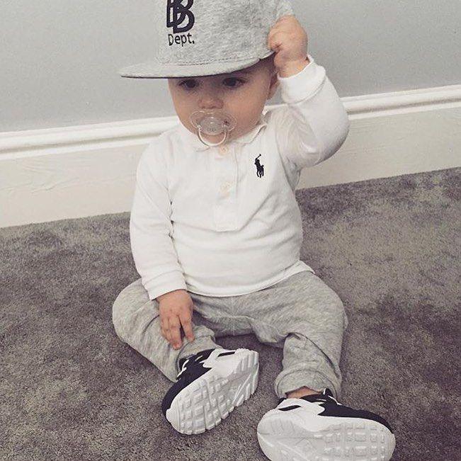 Love the combo of white and grey!  Tyylikäs pieni poika ja niin raikas lastenvaateyhdistelmä: valkoista ja harmaata!