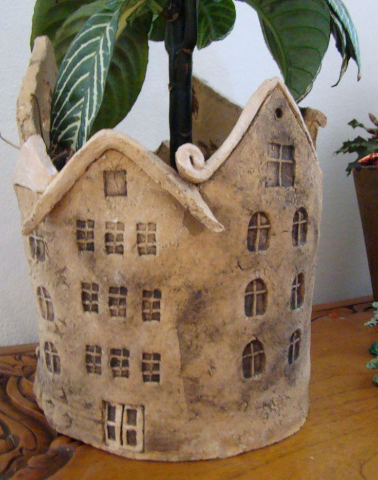 """Keramický činžák Keramický domeček vysoký 22 cm, nepravidelného tvaru, z šamotové hlíny, vymývaný černým burelem a zdobený bílou glazurou. Vnitřek glazovaný, přesto, prosím, nestavějte na dřevěný nábytek... Cena zahrnuje i zvýšené poštovné za """"křehké""""."""