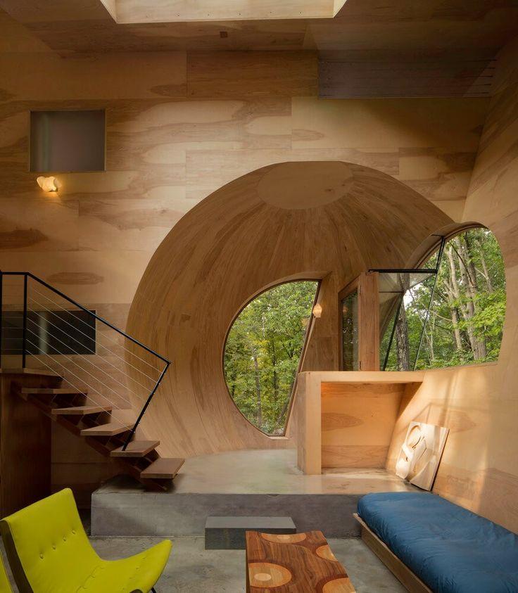 In of Ex House, de l'architecte Steven Holl, est une expérience dans l'espace, une réponse aux maisons de banlieue modernistes qui s'étendent un peu partout. Construite sur une propriété boisée à Rhinebeck, dans l'état de New York, cette maison de 85 m2 se compose de formes expérimentales afin de créer un nouveau type d'habitation.  La maison a été fabriquée presque entièrement à partir de matières premières: une fenêtre et des cadres de porte en acajou massif, des murs en contreplaqué...