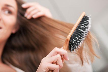 Brosse à cheveux - Astuce de grand mère pour nettoyer ses brosses Versez un mélange à part égale d'eau et de vinaigre blanc dans une bassine. Laissez tremper votre brosse à cheveux toute la nuit dans ce mélange. Vous pouvez, si vous le souhaitez, ajouter quelques gouttes d'huile essentielle de lavande vraie. Le lendemain, rincez votre brosse à l'eau tiède.