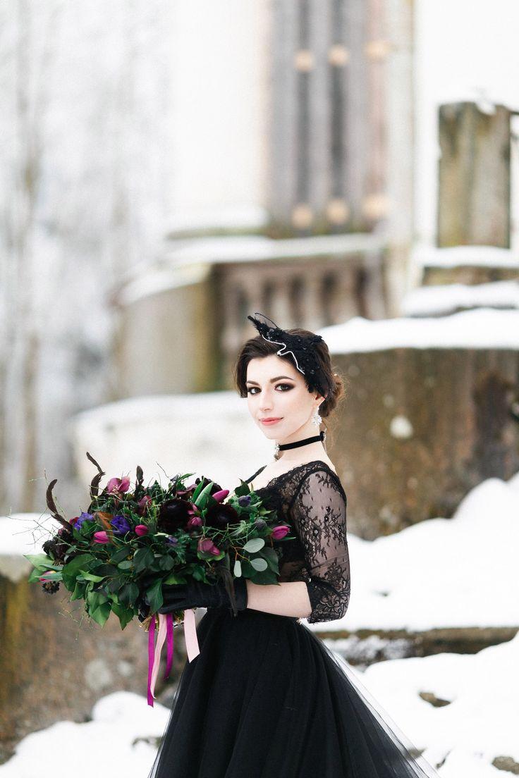 """Наконец-то я осуществила свою мечту - создать красивые картинки невесты, но не в нежно-ванильном стиле,а в изысканном, мрачном и готичном.  Идея съемки мне пришла после просмотра фильма """"Дом странных детей мисс Перегрин"""", я влюбилась в атмосферу этой картины, в необычный образ Евы Грин - ее фарфоровая кожа в обрамлении черных,как смоль, волос и винатажные наряды не смогли меня оставить равнодушной!  В прошлом году я ездила посмотреть на особняк Демидовых в Тайцах и как раз тогда подумала…"""