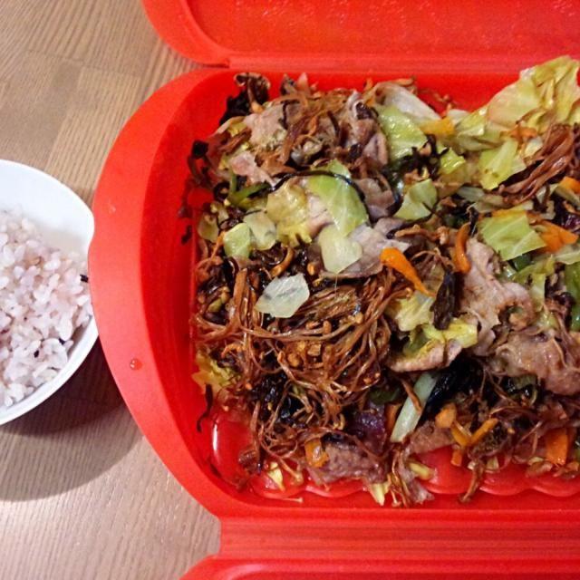 手抜きで~す(^^;) - 6件のもぐもぐ - 豚肉、キャベツ、にんじん、ピーマン、きのこ類に塩昆布と粉鰹を混ぜて蒸したもの by bigd18jp