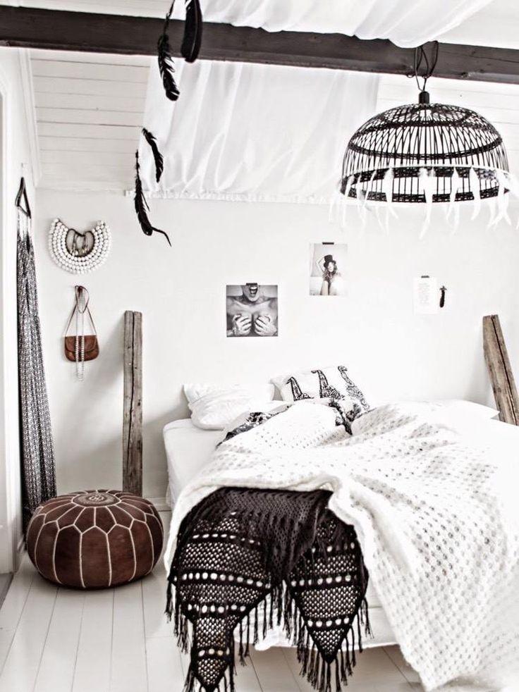 belle idée de déco chambre bohème en blanc et noir avec des plumes, du cuir et une literie frangée
