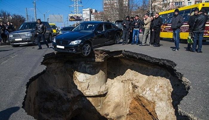 الأرض تنشق في مدينة روسية وتبتلع السيارات