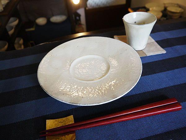 kley(クレイ)では、抜群の存在感で食卓に彩りを添える、有名陶芸作家の食器を豊富に取りそろえ、通販にて格安にご提供させて頂いております。 【小山 乃文彦さんの器】  お待たせいたしました! 小山乃文彦さんの作品が愛知県常滑から届きましたよ★ 今回も、粉引の優しさ溢れるの7寸リム皿ですよ! 直径が約21cmでフレンチのコース料理に 出てきそうなオシャレなデザインの一品です♪ テリーヌや前菜料理などを盛り付けるのに最適★ ☆オススメのお料理☆ ・野菜のテリーヌ ・ 鶏レバーパテ ・パンチェッタとハムのアスピック ★必ずお読みください★ ひとつひとつ手で作っておりますので、大きさ・形・色合い・重さなど個々に少しづつ違いがございます。