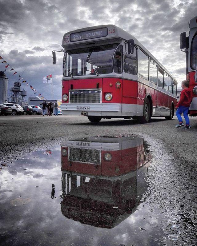 Expo tan sur les anciens bus. Celui-ci me rappelle ma jeunesse en région parisienne... #vieuxbus #bus #vintagebus #saviem #nantes #igersnantes #igers44 #nantespuddle #puddlegram #puddle #reflet #meshumeurstan