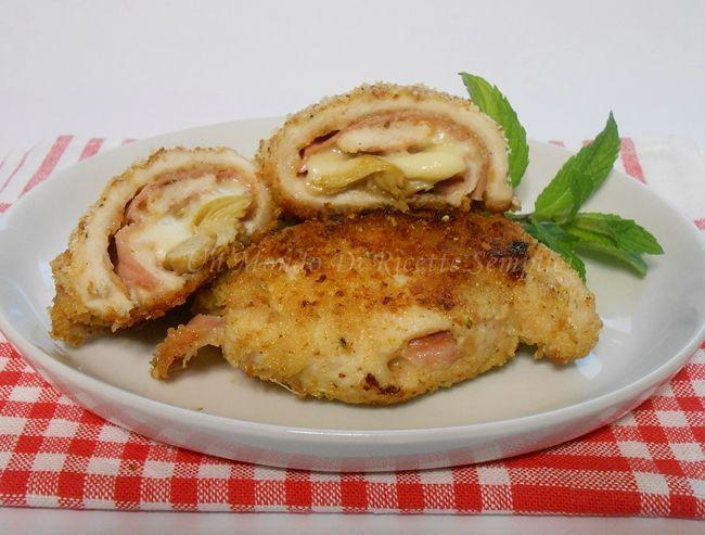 Gli involtini di pollo e carciofi sono un secondo piatto molto sfizioso,arricchiti dal prosciutto e dal formaggio filante, hanno un gusto unico.
