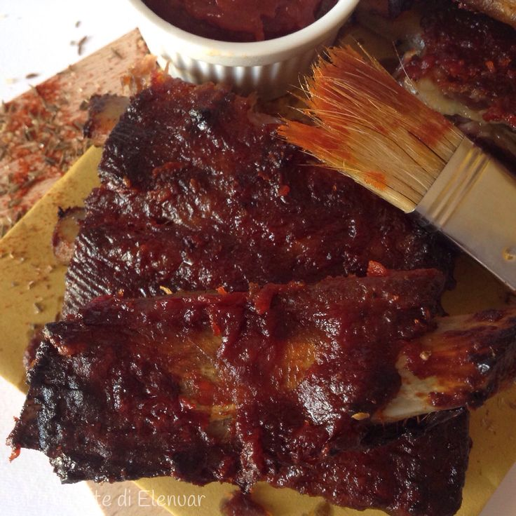 BBQ RIBS o costine di maiale in salsa barbecue. http://blog.giallozafferano.it/lericettedielenuar/bbq-ribs-costine-salsa-barbecue/