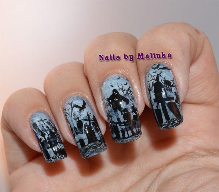 Halloween nagels vind ik het leukst om te maken.  Voor deze heb ik heeeel veel over elkaar gestempeld.   Ik ben begonnen met een grijze base...