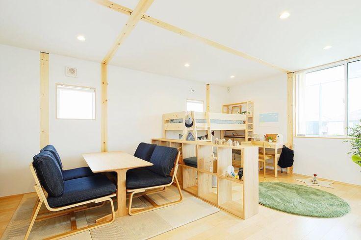 無印良品の家彦根店です。 左側は打ち合わせスペース。右側は子供部屋。スタッキングシェルフで間仕切り代わりに。 打ち合わせスペースには、麻畳を敷いてリビングでもダイニングでも使えるテーブルとイスを置いてます。 #無印良品の家#無印良品#木の家#モデルハウス#戸建て#注文住宅#家具#子供部屋#インテリア#畳#シンプルライフ#スタッキングシェルフ#間仕切り#アイディア