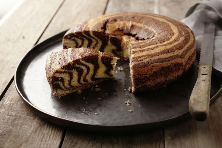 Een superoriginele versie van marmercake: zebracake! Lepel de 2 soorten beslag telkens om de beurten op mekaar, zo krijg je een mooi zebrapatroon, zo...