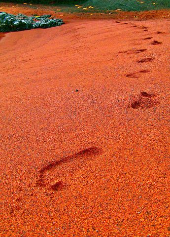 Красный песок и Красный пляж Каихалулу на острове Мауи (Гавайи, США).