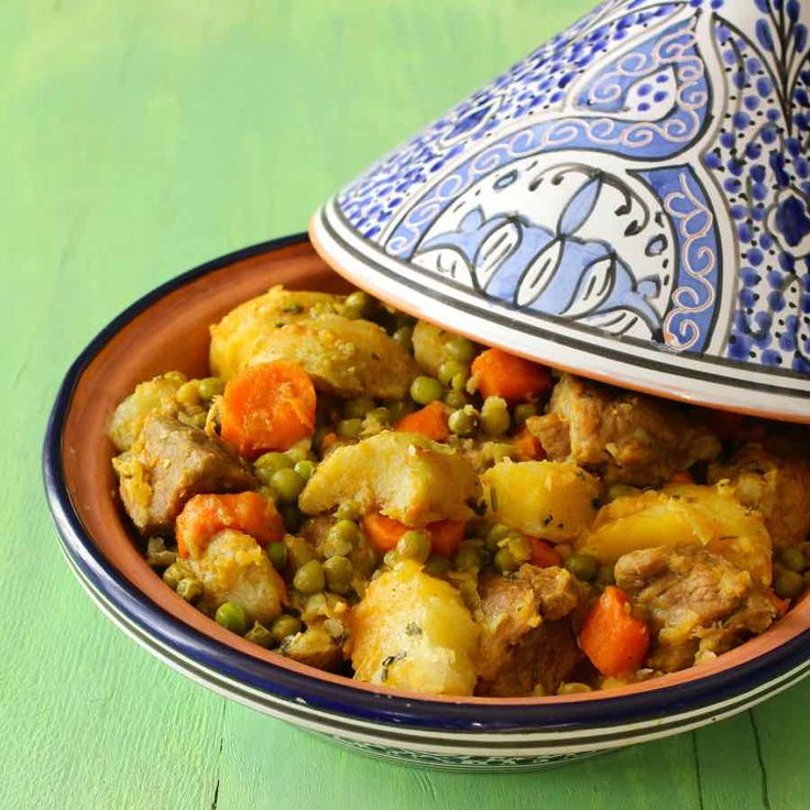 Le tajine jelbana est un ragoût de viande traditionnelle du Maghreb préparé avec des petits pois, de l'artichaut, des pommes de terre et des carottes.