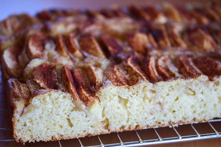 Eplekake: Vaniljesauskake med epler i langpanne