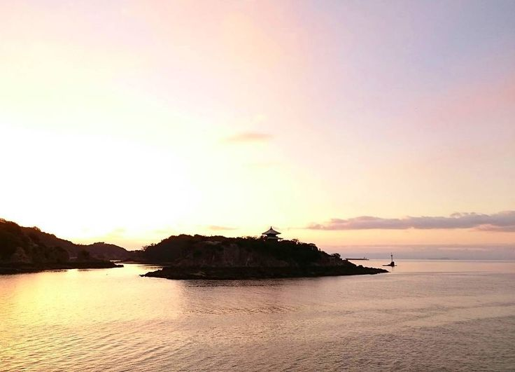 """おはようございます 昨日は大阪出張で旨いカレーを食べた粟村です  写真は今朝の""""朝焼け弁天島""""です 太陽が昇りきるまでの僅かな時間が好きです(ω) まだ優しい光が様々な場所モノを照らしていくほんの少しの時間がスゴく贅沢な気がしてます  ってことで今日はイイ天気 まだ寒いけれど頑張っていきましょーι(ロ)ノ  #鞆の浦 #鞆 #弁天島 #朝焼け #朝日 #朝陽 #日の出 #sunrise #今空 #イマソラ #tomonoura #tomo by amochinmi_awamura"""