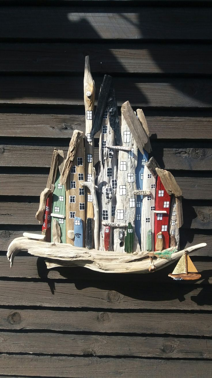 Stor drivtømmer by. Big driftwood town/houses. By EVAS .